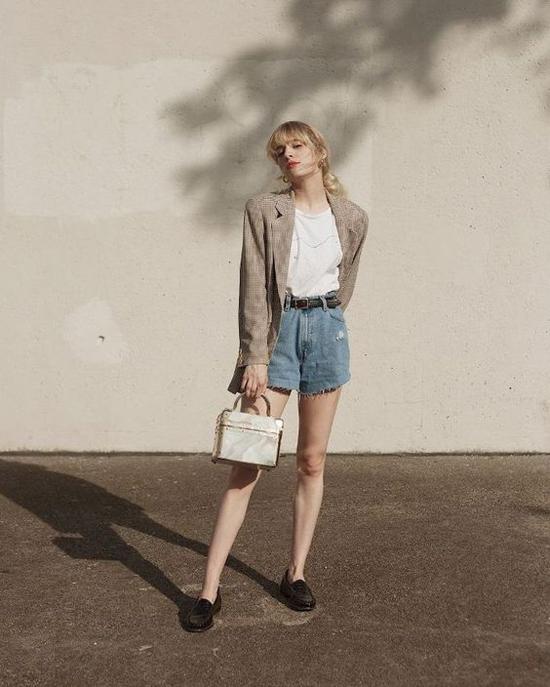 Ở mùa hè năm nay, jeans, áo thun basics là các kiểu áo khoác blazer dáng rộng là 3 món đồ thường được mix-match cùng nhau.