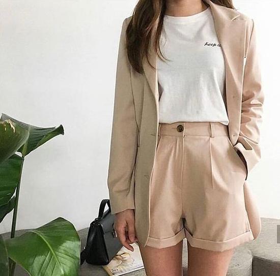Diện suit ngắn cũng là mốt được phái đẹp lăng xê ở mùa mốt xuân hè 2019. Những kiểu áo khoác, short đồng bộ thương được xây dựng trên tông màu trung tính mang lại phong cách trang nhã.