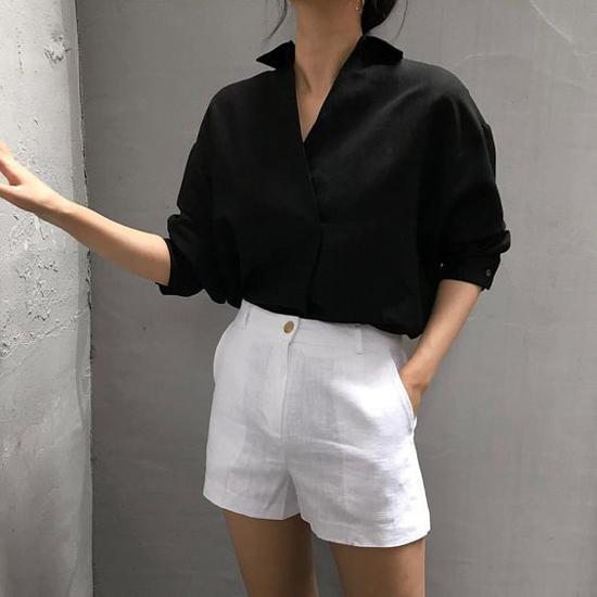 Sự trỗi dậy của dòng sản phẩm thân thiện môi trường đã giúp trang phục linen leo lên top trend. Song song với các mẫu quần suông ống rộng, short cũng được nhiều nhà mốt giới thiệu ở mùa hè thu năm nay.