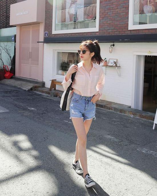 Xuống phố vào những ngày cuối tuần, phái đẹp chỉ cần chọn sơ mi, short, giầy đế bệt cũng đủ thể hiện phong cách đơn giản nhưng không kém phần sexy.