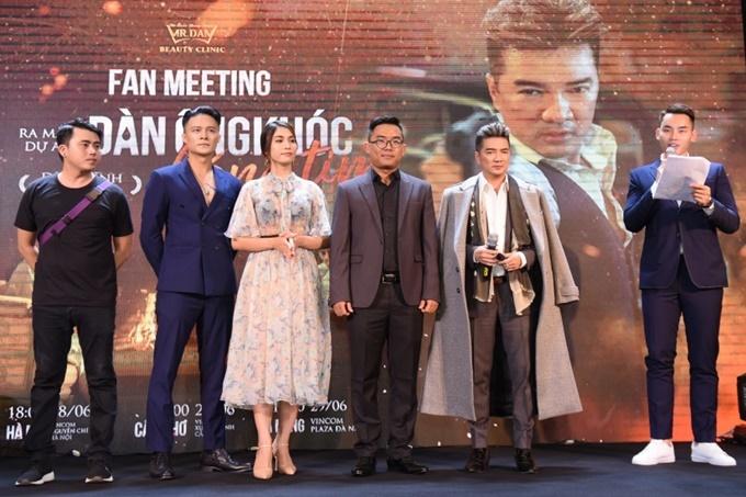 Đàm Vĩnh Hưng xuất hiện cùng êkíp và hai diễn viên chính trong MV: Henry Vig Nguyễn (thứ hai, từ trái sang) và Hồ Ngọc Hằng (váy hoa).