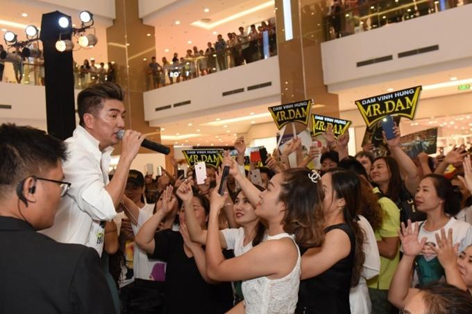 Mr Đàm xuống sân khấu giao lưu cùng người hâm mộ. Nam ca sĩ sẽ tiếp tục quảng bá MV tại Cần Thơ và Đà Nẵng.