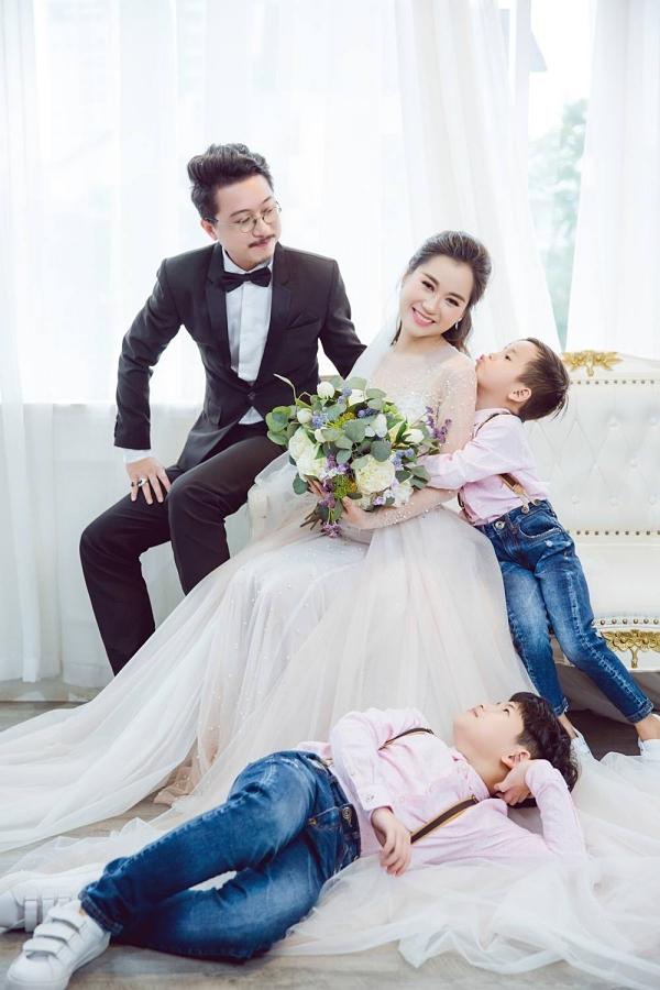 Vợ chồng Hứa Minh Đạt - Lâm Vỹ Dạ và hai con trai.