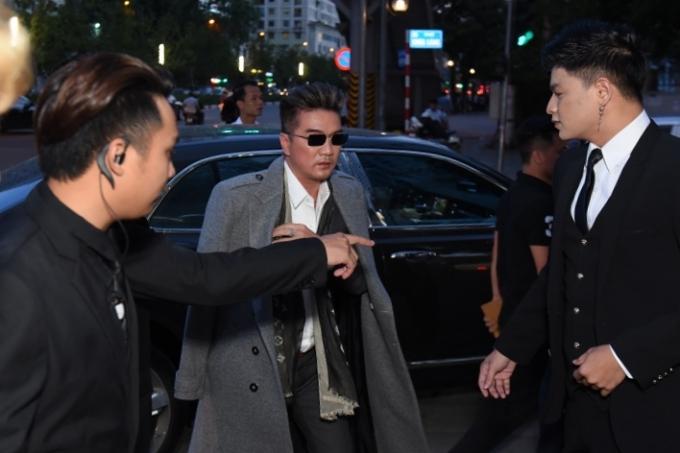 Tối 28/6, Đàm Vĩnh Hưng tổ chức họp fan kết hợp quảng bá MV Đàn ông khóc bằng tim tại Hà Nội. Anh được bảo vệ kỹ lưỡng khi xuất hiệ ở địa điểm tổ chức.