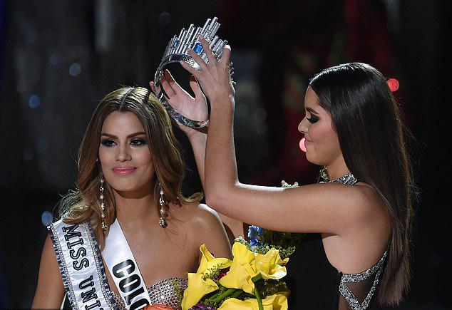 Ariadna Gutierrez trong khoảnh khắc bị lấy lại vương miện sau khoảng 3 phút đăng quang. Khi MC bước ra sân khấu xin lỗi vì đã đọc nhầm tên người chiến thắng, Ariadna vô cùng bối rối nhưng cố giữ nụ cười trên môi.