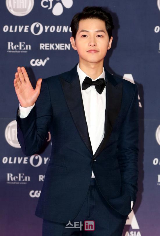 Song Joong Ki được cho là đã có động thái cụ thể để bảo vệ Song Hye Kyo giữa loạt tin đồn đáng sợ.