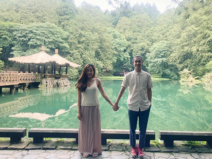 Lý Phương Châu và bạn trai Hiền Sến nắm tay nhau khám phá phong cảnh Đài Trung (Đài Loan). Khi cuộc sống quá bon chen khiến bạn ngộp thở, hãy thôi đối đầu với nó, dành thời gian cho bản thân.Đi một chỗ thật xa, thật yên tĩnh hít thật sâu, thở thật mạnh để mọi thứ trở lại cân bằng, cô viết.