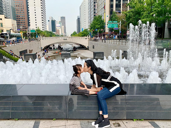 Nữ diễn viên Kim Chi và con gái được ông xã tháp tùng sang Hàn Quốc du lịch. Cô hài hước kể lại: Băt chước người ta, rủ chồng lên tháp Namsan mua một cặp khoá, khoá lại rồi vứt cái chìa khoá xuống núi. Ai dè chồng ném lộn cái chìa khoá két sắt, khỏi mua sắm gì nữa.