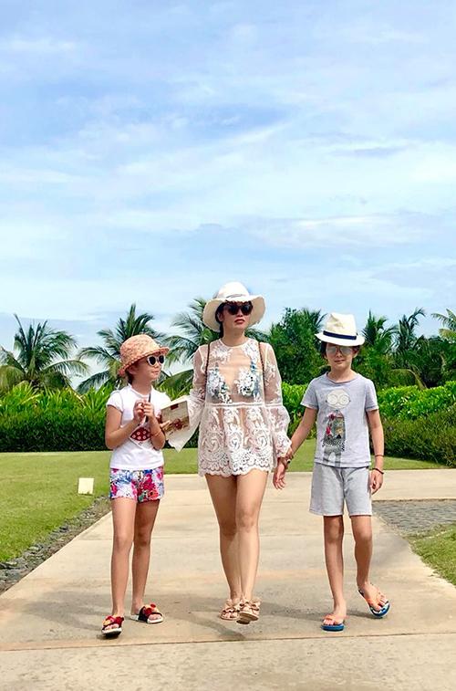 Hồng Nhung đưa 2 con đến Đà Nẵng khi các bé được nghỉ hè. Nữ ca sĩ yêu thích nơi này bởi có trời, biển, núi và cây xanh, không khí trong lành.