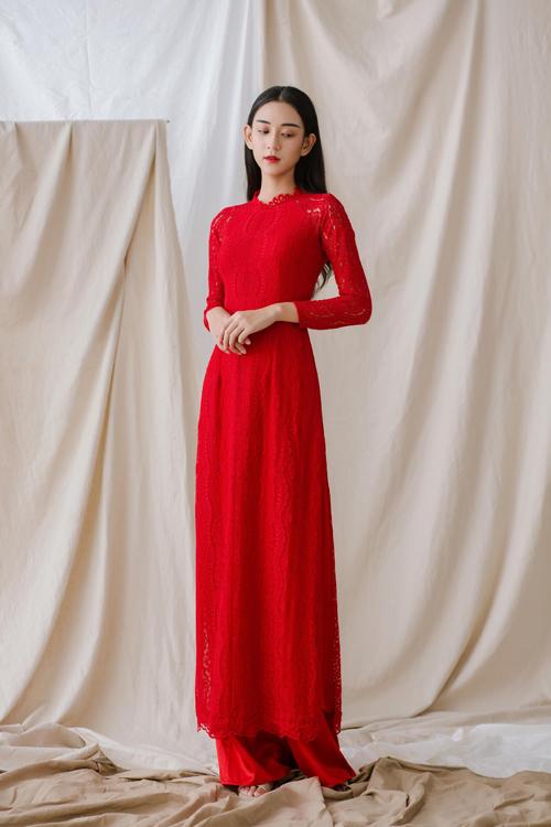 3. Áo dài ren đỏ không đính kếtChất liệu trở thành yếu tố được chú trọng hàng đầu trong thiết kế này. Mẫu áo dành cho cô dâu yêu thích vẻ nữ tính của ren mà không tham chi tiết đính kết, chuộng sự đơn giản.
