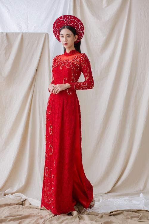 Thiết kế có cổ illusion (cổ hai trong một) theo xu hướng cưới hiện đại, tôn vẻ gợi cảm, giữ được nét duyên dáng của cô dâu Việt.