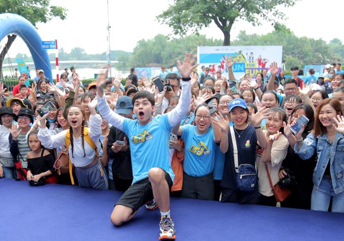 Cựu thành viên nhóm 365 ngoài đời rất vui tính, hoạt náo. Anh hào hứng khi có hàng trăm khán giả dậy sớm tham gia chạy bộ và giao lưu cùng các thành viên của Chạy đi chờ chi.