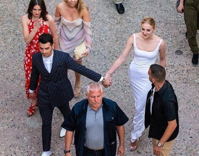 Joe Jonas cầm tay cô dâu Sophie Turner trên đường tới bữa tiệc tiền đám cưới.