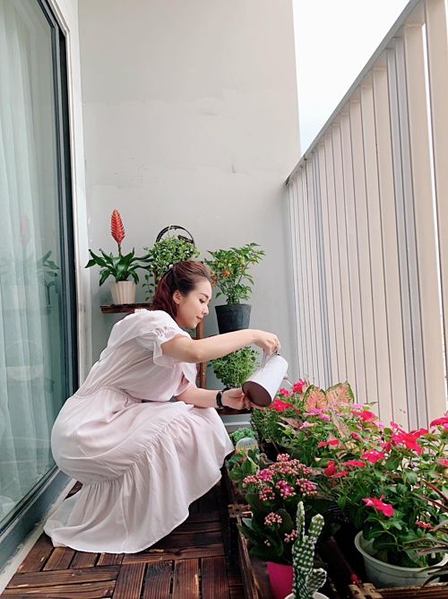 Thức dậy sau một đêm dài ngon giấc, Đào Lan Phương (được cộng đồng mạng biết đến với biệt danh hot girl Louis Vuitton) bước ra phòng khách, mở toang cánh cửa kính hai bên ban công củacăn hộ để đón những ánh nắng mai và làn gió nhẹ ùa vào nhà. Chậm rãi rót một tách trà và ngồi trên chiếc sofa, Phương ngắm nhìn những cánh hoa rung rinh, cô chợt nhận ra cái cây mình mới trồng hôm nào đã cao hơn thêm một chút... Chuỗi hành động này được cô nàng mộng mơ lặp đi lặp lại mỗi ngày không biết chán kể từ lúc cô cùng ông xã cải tạo ban công bụi bặm thành góc vườn nhỏ bình yên.
