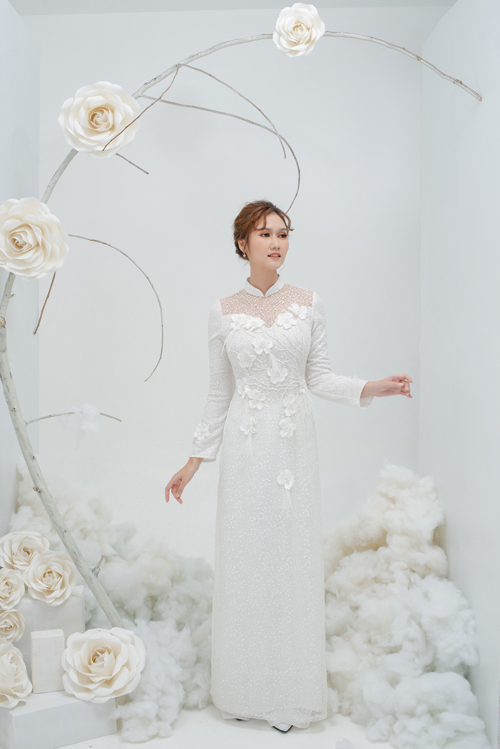 2. Áo dài ren có cổ illusionMẫu áo được thực hiện với chi tiết cổ hai trong mộtphổ biến trongthời trang váy cưới, đem lại dáng vẻ quyến rũ mà nhẹ nhàng cho cô dâu.