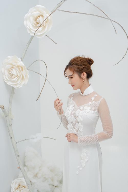 Tà áo dài truyền thống kết hợp với tư duy thẩm mỹ hiện đại sẽ là gợi ý tròn vẹncho nàng dâu tương lai.