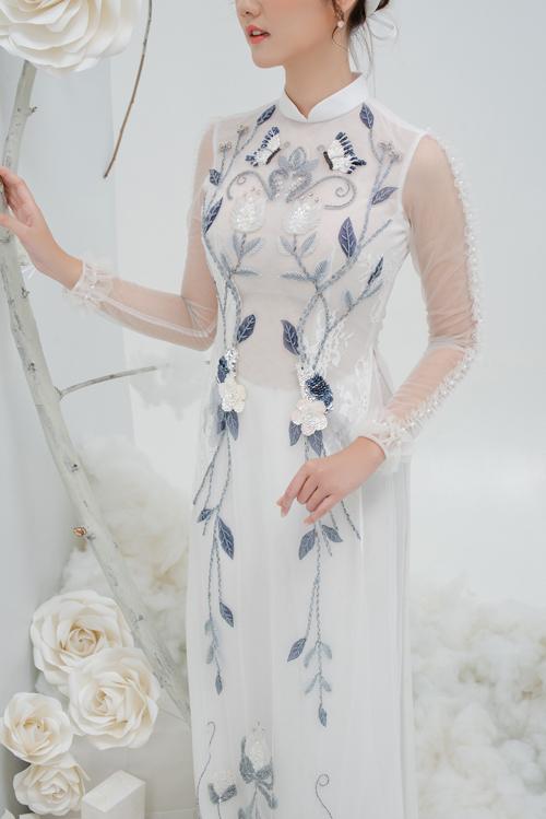 Phép cộng của chất liệu đa dạng, những họa tiết hoa nổi, dây leo, hạt cườmgiúp tà áo không chỉ là trang phục cướimà còn là kết tinh tâm huyết của người thực hiện.