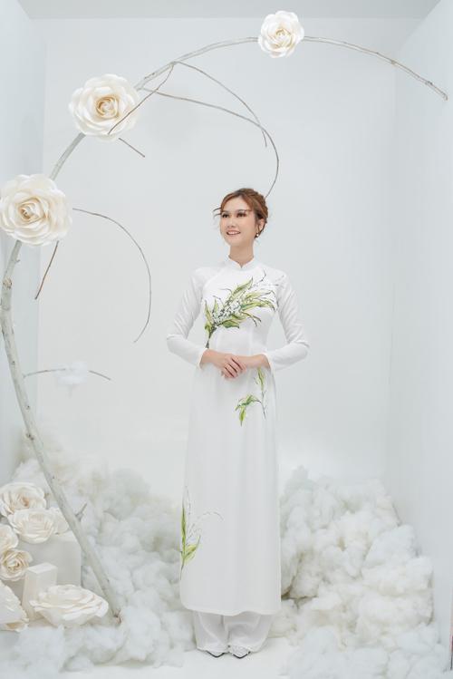 5. Áo dài họa tiết bó hoaÁo dài truyền thống được điểm họa tiết một bó hoa cưới, hướng đến hình ảnh trẻ trung.
