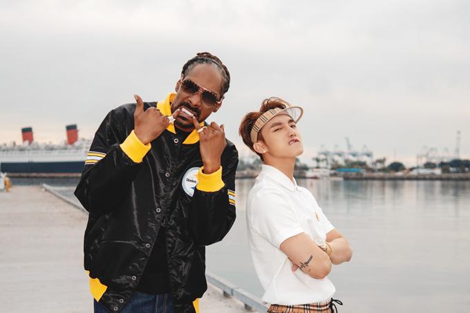 Trong cảnh quay cùng rapper Snoop Dogg, Sơn Tùng sử dụng short in họa tiết monogram của Burberry với giá 290 USD.