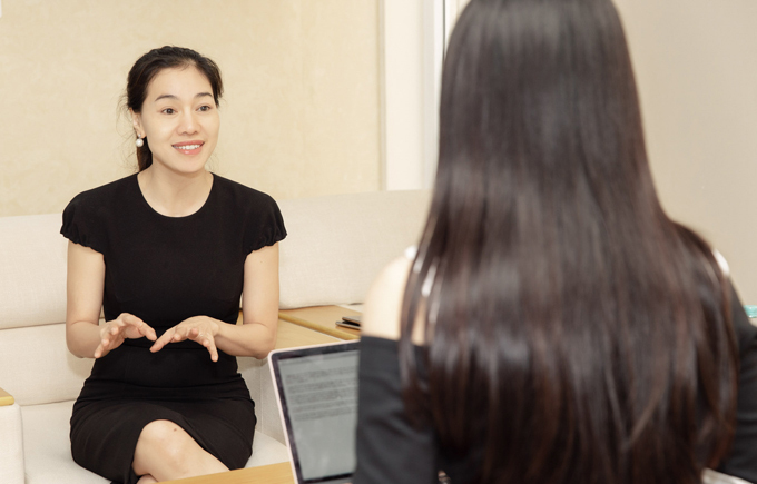 Cô vừa có buổi gặp gỡ bà Phạm Thị Kim Dung - đại diện đơn vị tổ chức Hoa hậu Việt Nam để xin ý kiến về luận văn của mình.