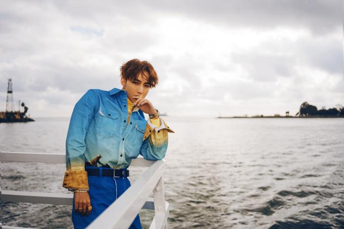 Kiểu áo sơ mi in hình cao bồi của Calvin Klein giá 370 USD được Sơn Tùng mix-match hài hòa màu sắc với jeans và áo cổ lọ gam màu tươi.