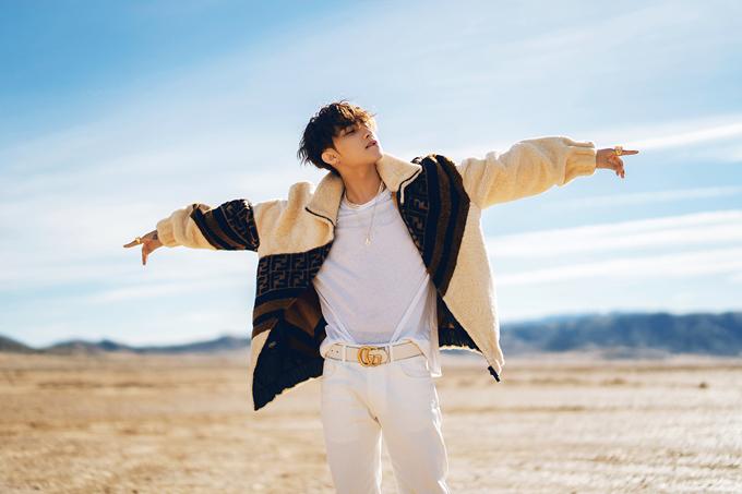 Giữa khung cảnh hoang dã, nam ca sĩ diện set đồ trắng đơn giản đi kèm áo khoác lông của Fendi in logo thương hiệu, có giá 7.800 USD