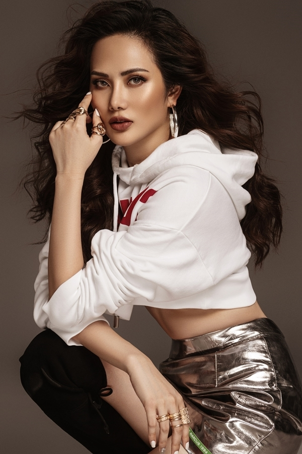 Diệu Linh từng lọt top 10 Siêu mẫu châu Á 2013. Năm 2015, cô tham dự Hoa hậu Du lịch Quốc tế, giành danh hiệu Hoa hậu Đông Nam Á và giải Thí sinh có trang phục truyền thống đẹp nhất.