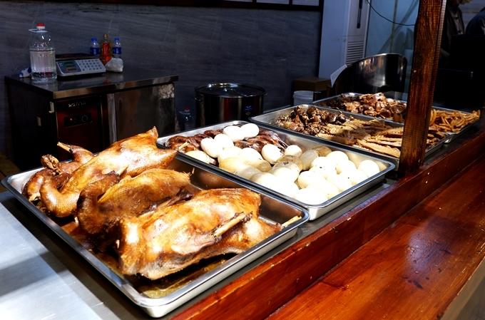 Đủ món vịt được bán trong chợ ở Thượng Hải - Ảnh Vi Yến