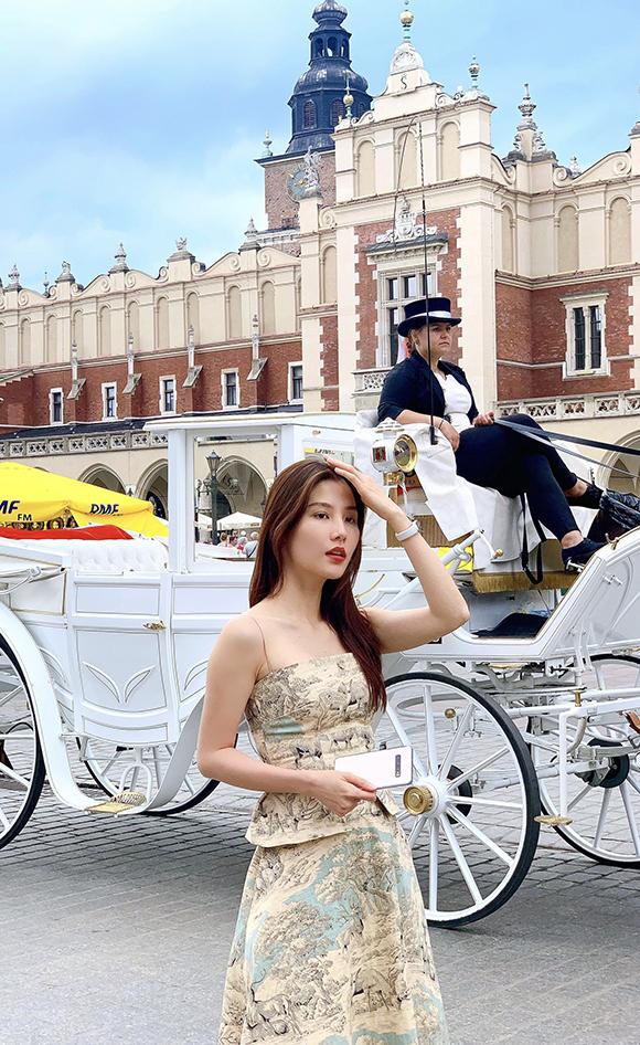 Ngoài việc gặp gỡ, giao lưu với một số đạo diễn và nhà sản xuất, Diễm My 9X còn tranh thủ thăm thú nhiều địa điểm nổi tiếng như phố cổ Warszawa, lâu đài Wawel, mỏ muối Wieliczka... Đồng hành cùng cô còn có bạn trai Việt kiều.