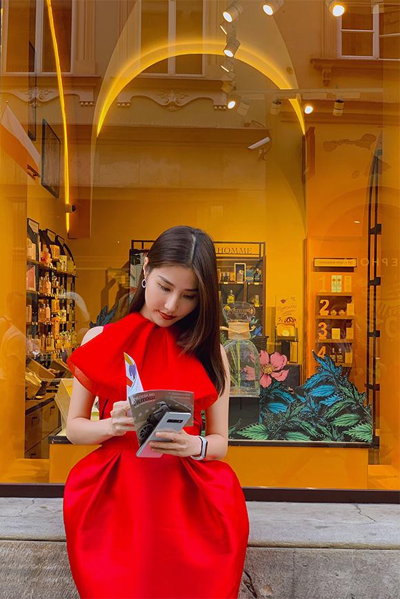 Màu đỏ kết hợp với kiểu dáng cầu kỳ của bộ trang phục giúp nữ diễn viên trở nên nổi bật khi dạo phố Ba Lan. Đây cũng là set đồ được cô mặc khi gặp các đối tác.