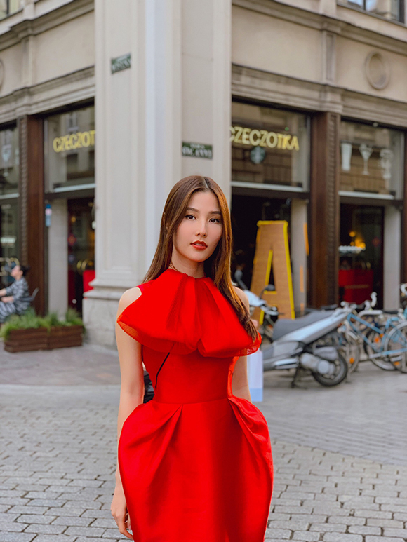 Diễm My 9X vừa có chuyến công tác tại Ba Lan để tham dựTuần lễ phim Việt Nam tại thủ đô Warszawa và thành phố Krakow. Trước khi lên đường, cô đã chuẩn bị nhiều váy áo cầu kỳ của các nhà thiết kế nổi tiếng trong nước.