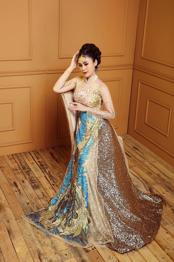 Áo dài càng trở nên nổi bật hơn khi được kết hợp với váy phủ sequins.