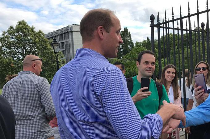William vui vẻ bắt tay với người hâm mộ bên ngoài Điện Kensington tối 1/7. Ảnh: Mirror.
