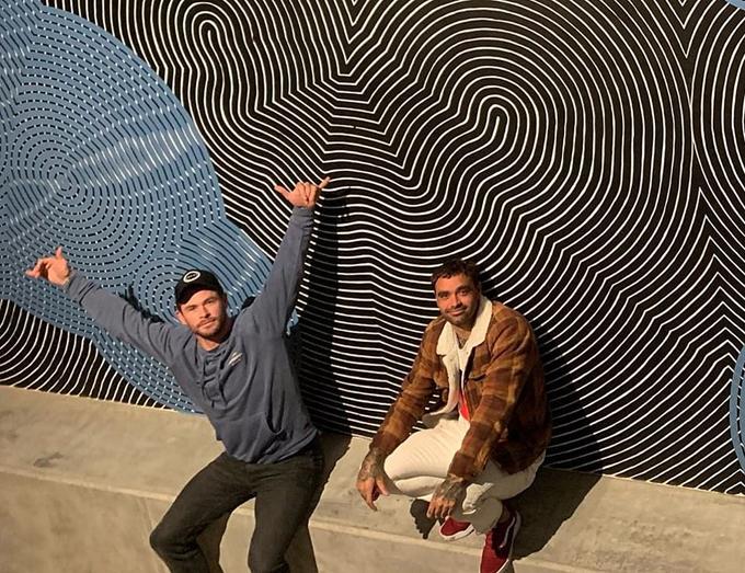 Hôm 2/7, Chris tiết lộ một góc không gian bên trong ngôi nhà mới. Anh đã thuê họa sĩ bản địa Otis Hope Carey (bên phải) vẽ bức tranh tường.