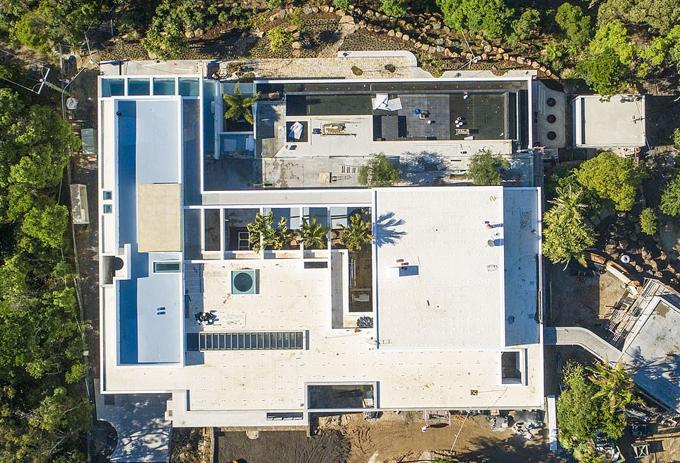 Vợ chồng Chris mua mảnh đất này vào năm 2014 với giá 7 triệu USD và bắt đầu xây dựng vào năm 2016. Biệt thự hiện được định giá khoảng 20 triệu USD.