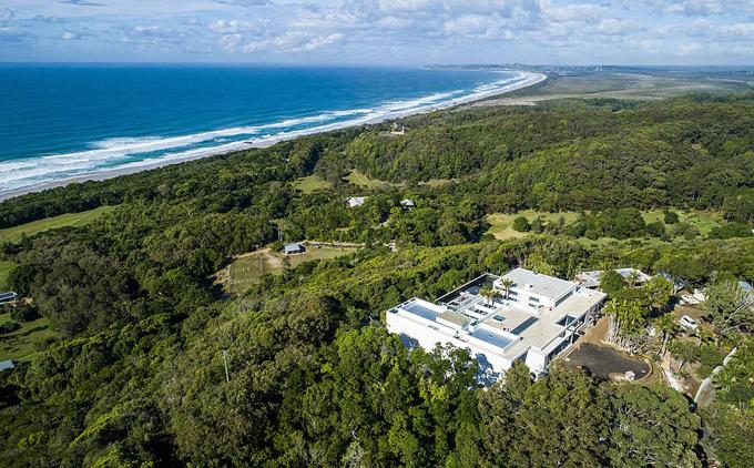 Tầm nhìn quyến rũ hướng ra một trong những bãi biển đẹp nhất ở vịnh Byron.
