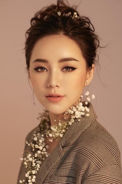 Bộ ảnh được thực hiện bởi trang điểm: Quách Ánh, nhiếp ảnh: Andy Bùi, người mẫu: Quỳnh Kool.