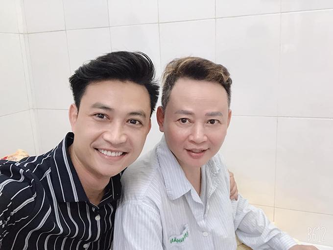 Diễn viên Tiến Lộc vào viện thăm Tùng Dương hôm 3/7.