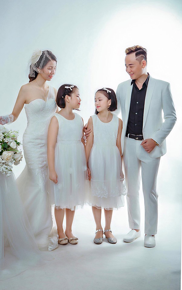 Tùng Dương và người vợ thứ ba cùng 2 con gái.