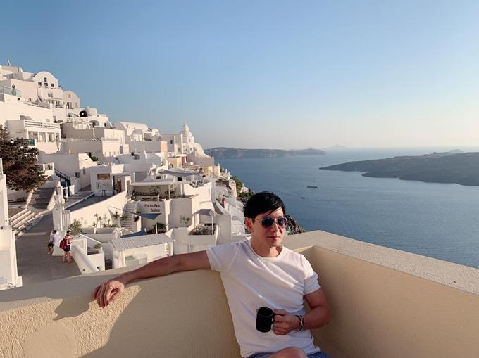 Đạo diễn Lật mặtcho biết, biển ở Santorini nước rấttrong, màu xanh ngọc rất đẹp. Khung cảnh thanh bình với những chú chim biển sà xuống nước, con đường dốc ngoằn ngoèo men theo sườn núi. Team Lý Hải - Minh Hà chọn một căn villa có view hướng biển Địa Trung Hải, phía trước mặt là một ngọn núi lửa đã ngừng phun trào. Hai vợ chồng rất thích kiến trúc ở đây với hai màu trắng xanh nhìn thư giãn, thanh bình.