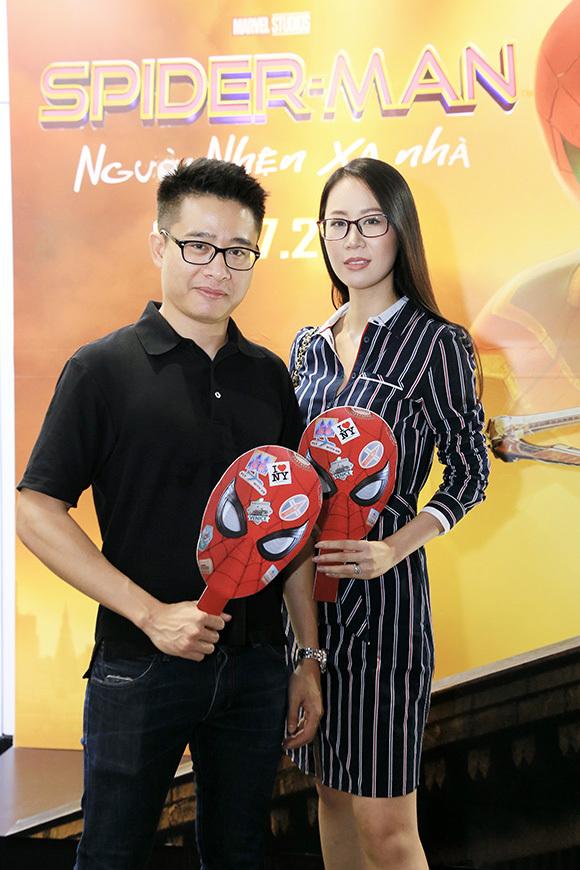 Hoa hậu Dương Thùy Linh mặc thanh lịch, đi xem phim cùng chồng.