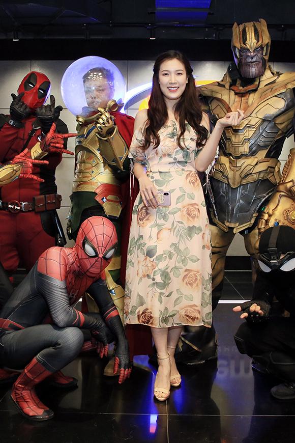 Hoa hậu áo dài Phí Thùy Linh mặc váy voan hoa nổi bật giữa dàn siêu anh hùng và ác nhân của vũ trụ phim Marvel.