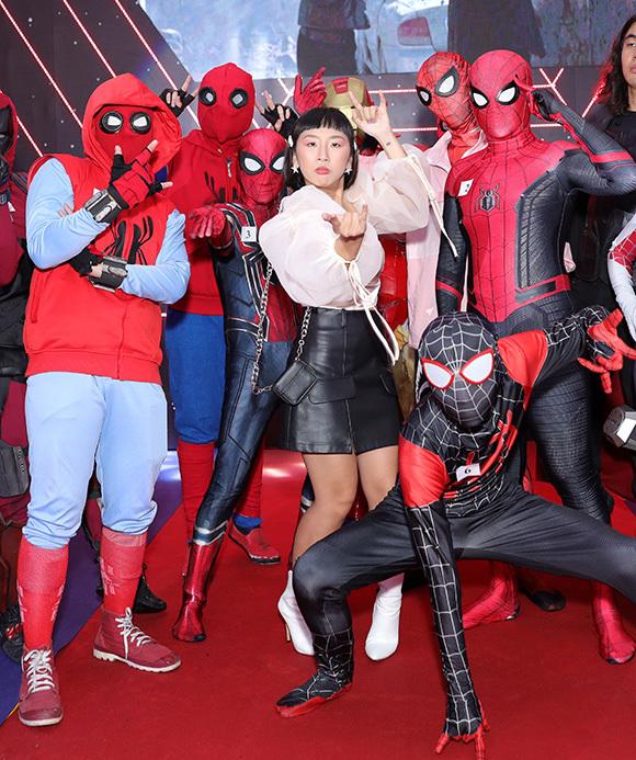 Diễn viên hài Trang Hý tạo dáng bá đạo: giữa dàn Người Nhện.