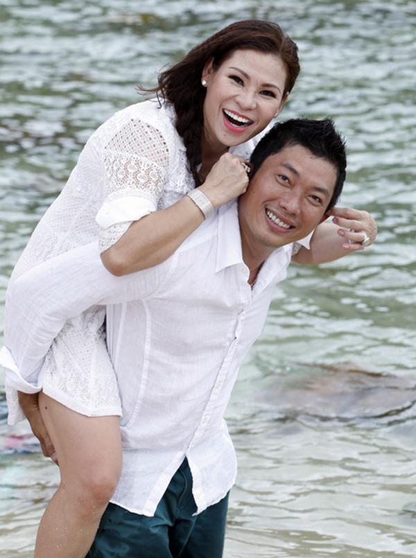Kinh Quốc và người vợ thứ hai bằng tuổi anh.