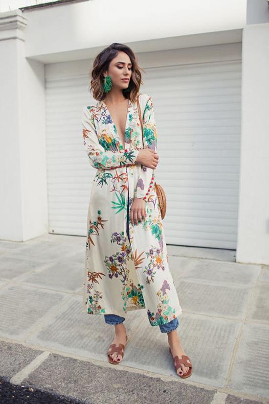 Nếu muốn thu hút mọi ánh nhìn khi xuất hiện trên phố thì áo xẻ tà, cổ V sexy và in hoalà trang phục bạn nên có.