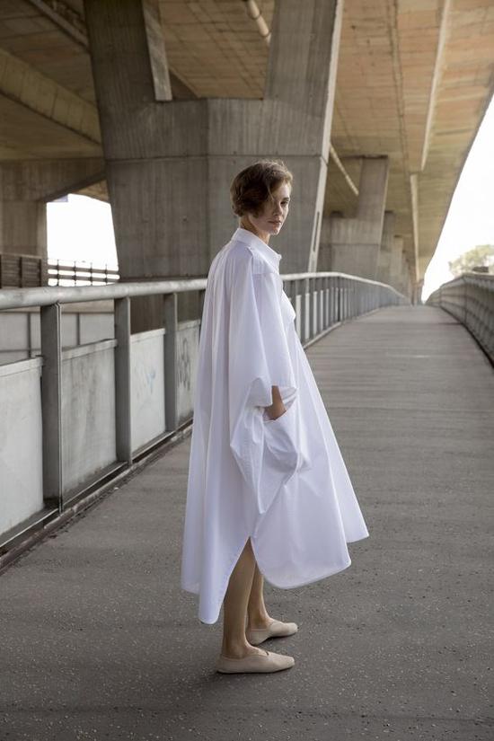 Để giải phóng hình thể một cách tối đa nhất thì váy áo thùng thình là thứ không thể thiếu. Tuy nhiên trang phục này không hẳn phù hợp với các cô nàng nấm lùn.