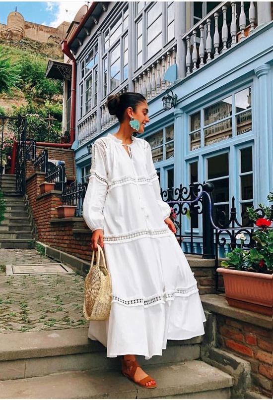 Váy linen vẫn chưa có dấu hiệu hạ nhiệt vì thế chọn trang phục gần gũi với thiên nhiên sẽ giúp phái đẹp thêm sành điệu.