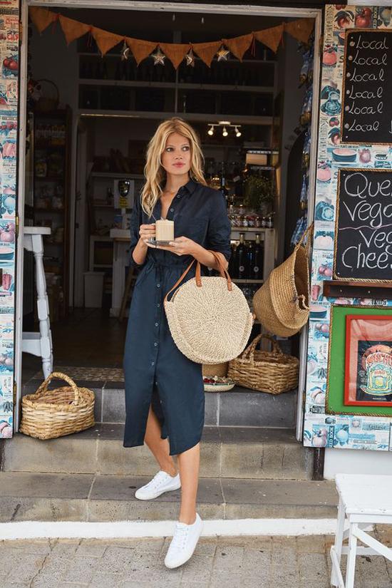 Những mẫu đầm sơ mi, váy thắt eo dáng rộng vẫn có thể tôn nét gợi cảm cho phái đẹp khi đi làm hay xuống phố cà phê.