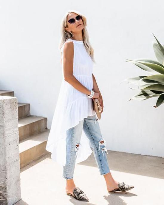 Áo sát nách over size mang lại cảm giác nhẹ nhõm. Trang phục này có thể kết hợp cùng các kiểu chân váy ngắn, đầm midi, jeans hoặc short.