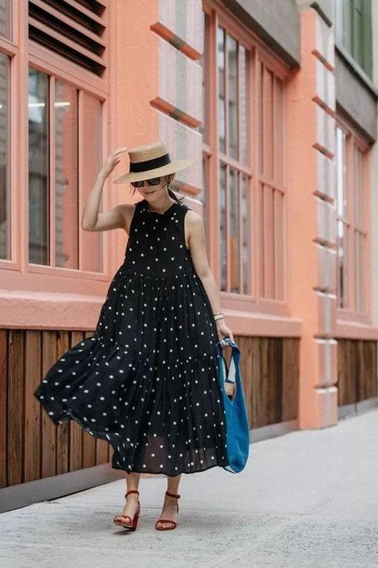 Bộ váy dành cho các nàng mê phong cách retro với họa tiết chấm bi đặc trưng. Đầm sát nách được thiết kế thân váy dáng rộng để mang lại cảm giác nhẹ nhõm cho người mặc.